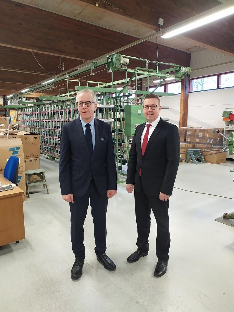 Timo ja Markku Laurila tehtaalla